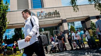 Schlange vor Filiale der First Investment Bank in Sofia, Bulgarien