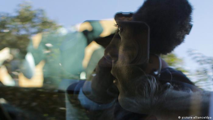 Nahaufnahme von Oscar Pistorius durch die Scheibe seines Autos vor dem Eingang ins Westkoppies Hospital, 26.05.2014 (Foto: picture-alliance/dpa).