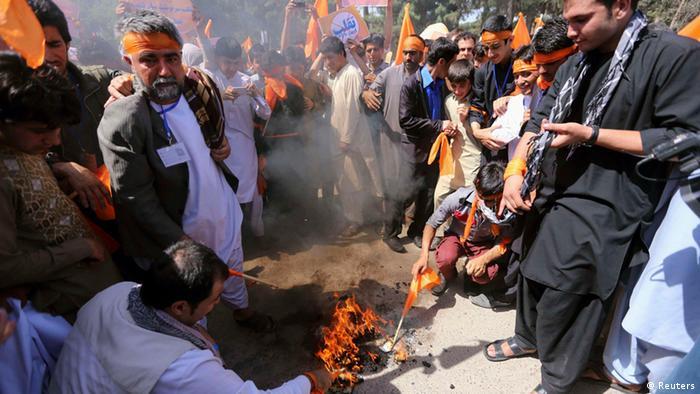 Protest gegen Wahlbetrug Anhänger von Abdullah Abdullah verbrennen ihre Wahlausweise
