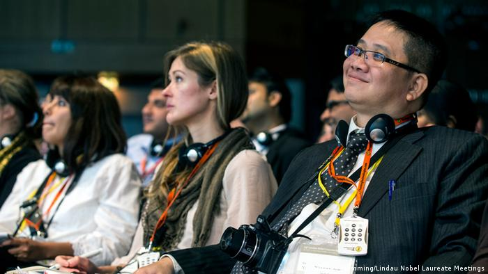 Two women and one man are sitting and listening (Foto: Christian Flemming/Lindau Nobel Laureate Meetings)