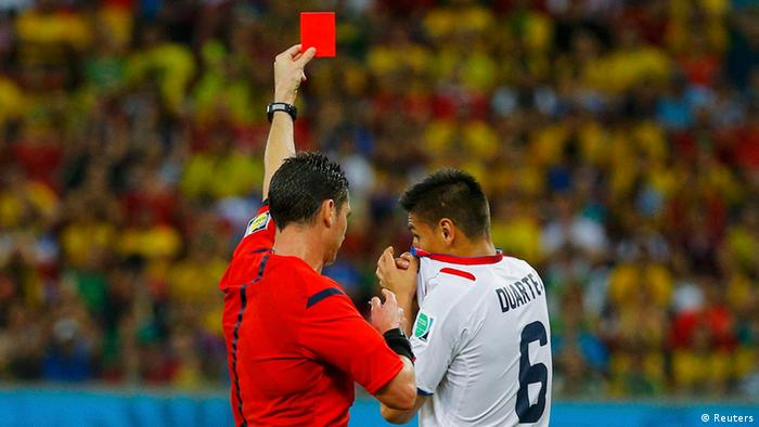 Bei einem Fußballspiel zeigt der Schiedsrichter einem Spieler die rote Karte