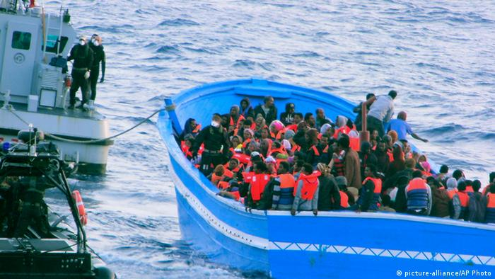 volles Flüchtlingsboot Foto: picture-alliance/AP Photo