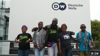 Am Tag ihres Konzertes in Bonn besuchten Sorel Eta (Mitte) und die Gruppe Ndima die Deutsche Welle Foto: Aude Gensbittel