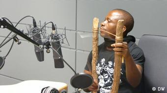 Band-Mitglied Michel Kossi gibt eine Hörprobe mit dem Mundbogen Mbela Foto: Aude Gensbittel