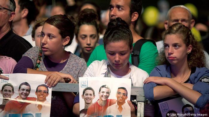 Demonstrierende Israelis mit den Fotos der entführten Jugendlichen - Foto: Lior Mizrah (Getty Images)
