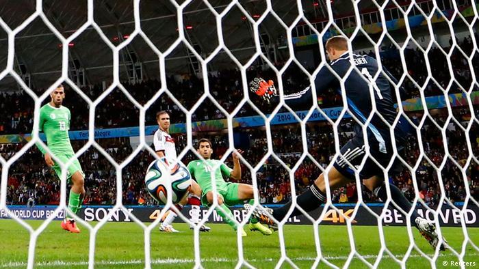 Torwart Manuel Neuer (r.) bewahrt Deutschland in mehreren Aktionen vor dem Rückstand. (Foto: Reuters)