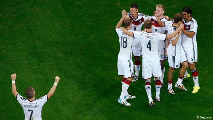 Die deutsche Elf jubelt (Foto: REUTERS/Fabrizio Bensch)