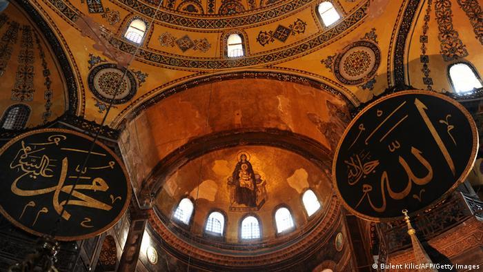Ansicht des Kuppelraumes von Innen mit Schriftzüge Mohammed und Allah auf ovalen Schildern (Foto: BULENT KILIC/AFP/Getty Images