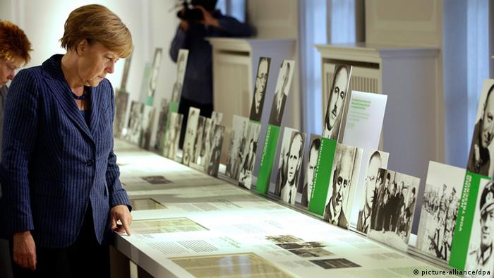 Angela Merkel in museum