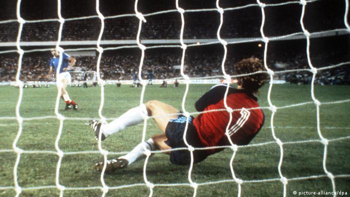 هارالد شوماخر دروازهبان آلمان، یکی از ضربات ملیپوشان فرانسه در جام ۱۹۸۲ اسپانیا را دفع میکند