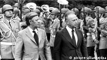 Im Park des Bonner Kanzleramtes wird am 9. Juli 1975 der israelische Ministerpräsident Izchak Rabin (r) von Bundeskanzler Helmut Schmidt mit militärischen Ehren empfangen. Nach einem 20-stündigen Aufenthalt am 8. Juli 1975 in West-Berlin, dem Besuch der dortigen jüdischen Gemeinde und Gedenkstätten für die Opfer des Nationalsozialismus, kam Rabin am 9. Juli 1975 zu einem viertägigen Besuch nach Bonn, um mit deutschen Spitzenpolitikern über aktuelle politische und wirtschaftliche Fragen zu konferieren. Es ist der erste offizielle Besuch eines israelischen Ministerpräsidenten in der Bundesrepublik.