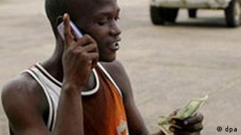 Junger Liberianer mit Mobil-Telefon (Foto: dpa)
