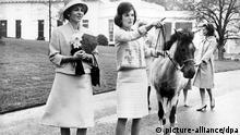 Die persische Kaiserin Farah mit der amerikanischen First Lady Jackie Kennedy
