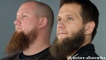Die Salafisten Pierre Vogel (l) und Sven Lau (r) am 28.06.2014 auf einer Kundgebung in Offenbach am Main (Hessen). Um ein Zusammentreffen mit Gegendemonstranten zu verhindern, war die Polizei mit einem massiven Kräfteaufgebot vor Ort. Foto: Boris Roessler/dpa