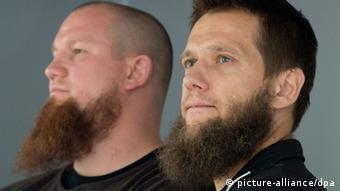 Die bekanntesten deutschen Salafisten: Pierre Vogel und Sven Lau (Foto: Boris Roessler/dpa)