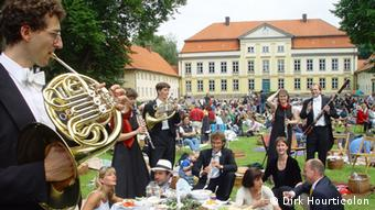 A wind quintet outside the Emkendorf manor house in Schleswig-Holstein. Photo: Dirk Hourticolon