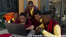Bildunterschrift:A group of school children play on a computer outside the hall where President of Microsoft International, Jean-Philippe Courtois announced a major partnership between Microsoft and the government's Jobs Fund to fast-track existing programmes to create jobs for the country's youth, in Joahannesburg on June 6, 2013. AFP PHOTO / ALEXANDER JOE (Photo credit should read ALEXANDER JOE/AFP/Getty Images)