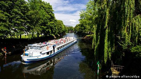 Τα κανάλια του ποταμού Σπρέε «τρέχουν» παράλληλα με τους δρόμους. Τα κανάλια κάποτε λειτουργούσαν για μεταφορά προϊόντων αλλά και για βόλτες αναψυχής. Ήδη από τη δεκαετία του 1920 οι διαδρομές στον Σπρέε κάτω από τη σκιά των δέντρων ήταν ιδιαίτερα αγαπητές. Σήμερα ειδικά σκάφη προσφέρουν στους Βερολινέζους αλλά και στους τουρίστες τη δυνατότητα να απολαύσουν όμορφες βαρκάδες στην πόλη.