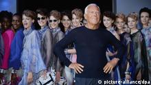 epa03880579 Italian designer Giorgio Armani (C) poses with models after presenting his collection during the Milan Fashion Week, in Milan, Italy, 23 September 2013. The Spring/Summer 2014 collections are presented at the Milano Moda Donna from 18 to 23 September. EPA/DANIEL DAL ZENNARO +++(c) dpa - Bildfunk+++