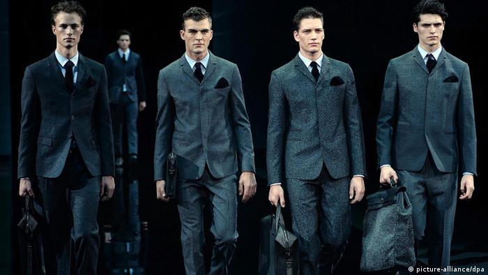 Männermodels im Anzug auf dem Laufsteg