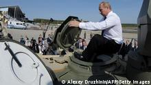 Putin in Panzer ARCHIVBILD 2011