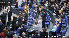 Der deutsch-französische Politikwissenschaftler Alfred Grosser (l) erhält am 03.07.2014 im Bundestag in Berlin nach seiner Rede Applaus. Der Bundestag gedenkt des Beginns des Ersten Weltkrieges vor hundert Jahren. Foto: Hannibal/dpa