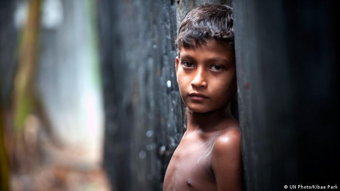 UN Millenniumsziele Kind in einem Slum in Bangladesch