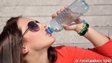 junge frau beim trinken