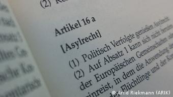 Das aufgeschlagene Grundgesetz mit Blick auf Artikel 16a zum Asylrecht (Foto: A. Riekmann/DW)