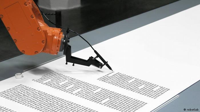 Roboter schreibt Torarolle im Jüdischen Museum Berlin Die Roboter-Installation bios torah