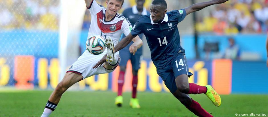 Thomas Müller e Blaise Matuidi em ação durante as quartas de final da Copa do Mundo de 2014, no Brasil