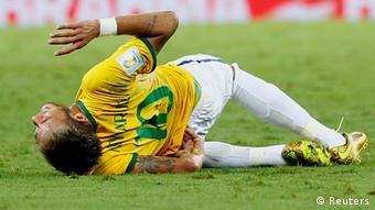 Neymar akigaaga chini baada ya kuumia uwanjani.