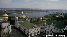Zum Themendienst-Bericht Tourismus/Ukraine/Kiew von Friedemann Kohler vom 8.August: Goldenes Kiew - Blick über die Kuppeln des Höhlenklosters auf den Dnjepr.