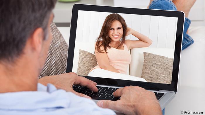 Symbolbild - Mann chattet mit hübscher Frau im Internet (Foto: Fotolia/apops)