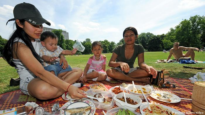 People picknicking at the Thaiwiese in Preussenpark in Berlin, Copyright: dpa - Report