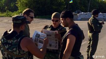 Бойцы на блокпосту в районе Славянска с газетой Единая Украина