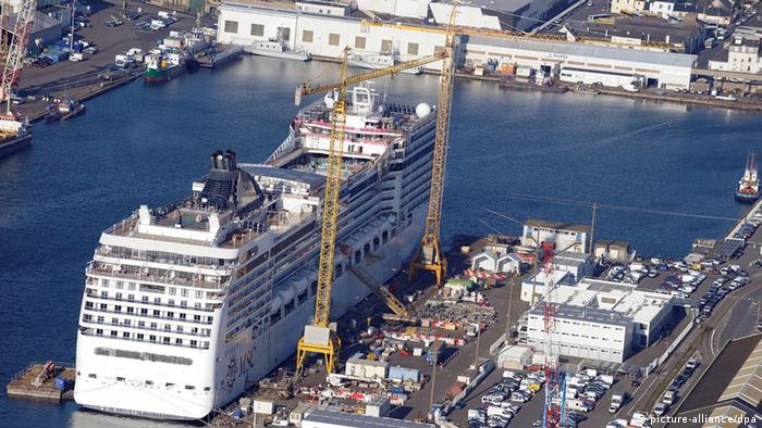 Saint Nazaire's STX shipyard (picture-alliance/dpa)