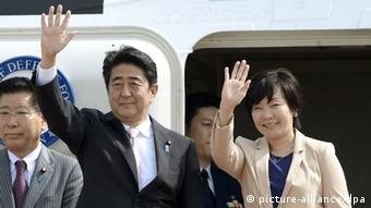 Abe mit Ehefrau Akie 06.07.2014 Tokio