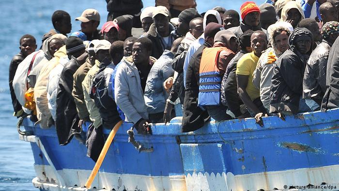 Volles Flüchtlingsboot Foto: picture-alliance/dpa