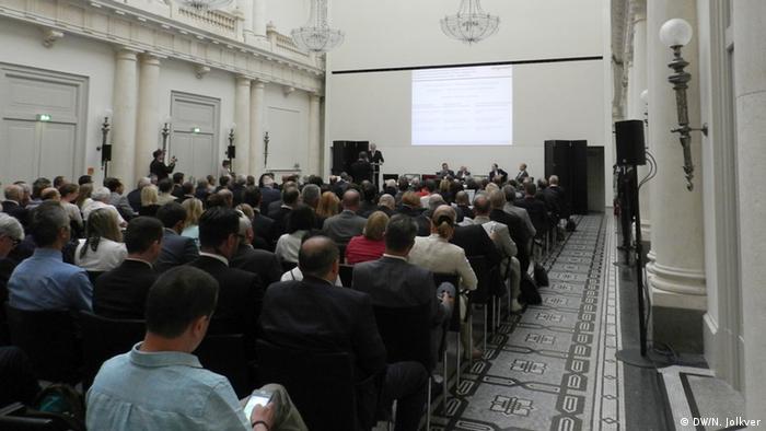 На пленарном заседании в банкетном зале гостиницы Hotel de Rome