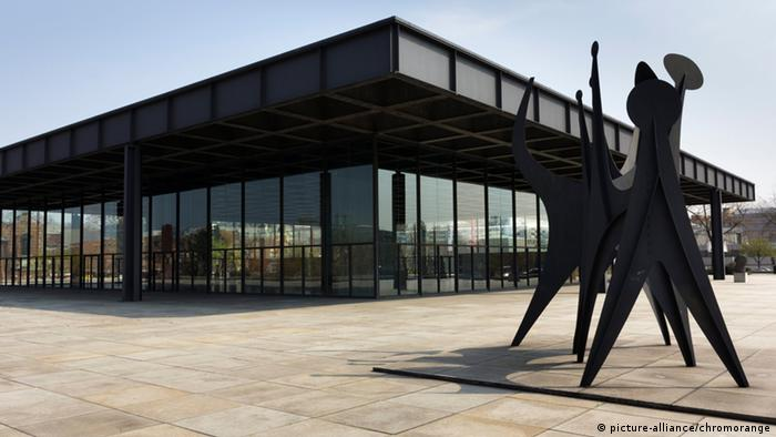 Neue Nationalgalerie from the outside, modern glassed in square building (Foto: picture-alliance/chromorange).