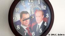 Thema: russische Sommerzeit. Info: die Abstimmung des russischen Föderationsrats über das Gesetz ist morgen, Mittwoch der 9. Juli. Vergangenen Dienstag hatte die Duma das Ganze quasi schon durch gewunken, fehlt noch die obligatorische Unterschrift Putins. Im Leader habe ich jetzt auf diesen Mittwoch datiert. Anbei auch die angekündigten Bilder von der Medvedev-Putin-Uhr. Copyright: DW/Charlotte Bolwin