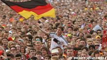 ARCHIV - Fußballfans feiern am 04.07.2014 in Hamburg auf dem Heiligengeistfeld das Viertelfinal-Spiel Deutschland-Frankreich. Das Public Viewing auf dem Heiligengeistfeld der Hansestadt gilt als eines der größten in Deutschland. Zum Halbfinalspiel Brasilien gegen Deutschland werden am 08.07.2014 wieder Tausende Fußballfans erwartet. Foto: Axel Heimken/dpa +++(c) dpa - Bildfunk+++