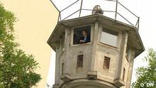 Still aus der DW-Reportage zum Wendemuseum. Kamera: Norbert Dunkel Justin Jampol auf ehemaligem DDR-Wachturm, schaut aus dem Fenster. Copyright: DW via Andrea Kasiske