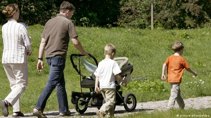 Familie beim Spaziergang (picture-alliance/dpa)