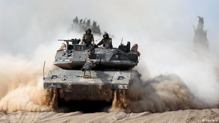 Israelische Panzer gehen am 7.7.2014 vor dem Gaza-Streifen in Stellung (Foto: Reuters)
