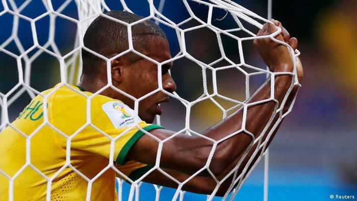 Fernandinho liegt im Netz (REUTERS/Marcos Brindicc)