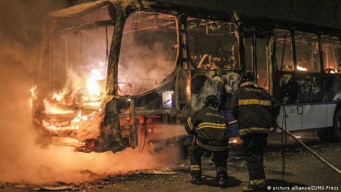 دهها اتوبوس و خودرو در شهرهای برزیل پس از شکست تیم ملی فوتبال این کشور به آتش کشیده شدند