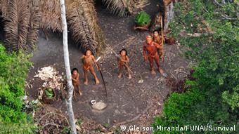Gemeinde unkontaktierter Indigener in Brasilien - Das Bild entstand 2010 bei einem Überflug der brasilanischen Regierung und wurde durch die Behörde FUNAI (Gleison Miranda)