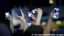 Symbolbild FIFA WM 2014 Fans Handys